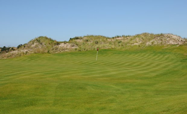 The first plateau-type green makes an appearance at the 5th hole.  A relatively large green, putts from the back will be common, as the breezes off the ocean will push the ball to the back of the green.