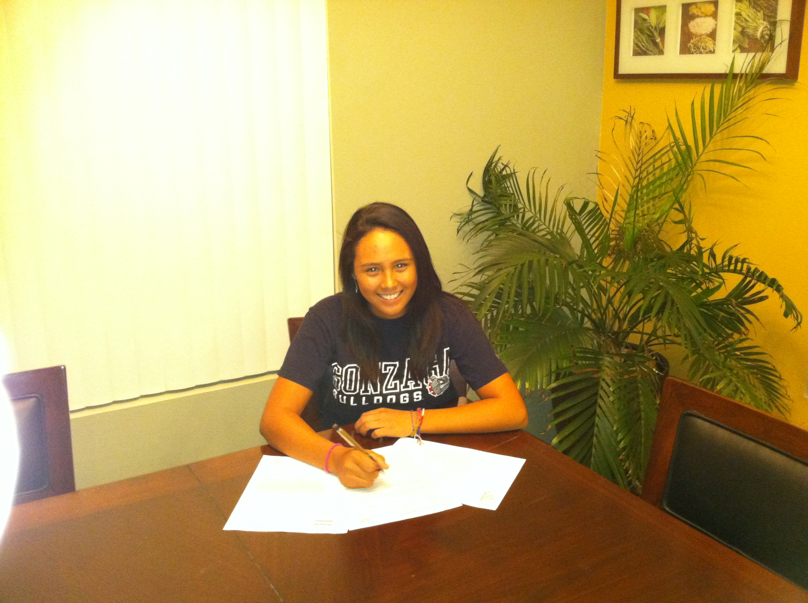 Raychelle Santos signs with Gonzaga