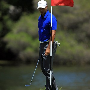 Tiger Woods surveys his chip from through the green for his third shot on the first hole during day three of the 2011 Australian Open.