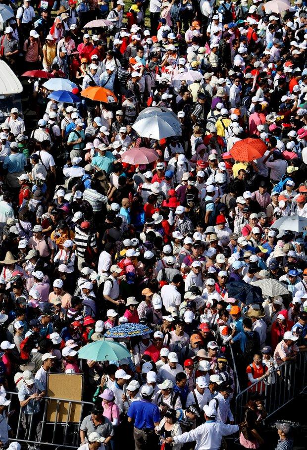 Crowds make their way around as Yani Tseng makes the turn during the final round of the inaugural 2011 Sunrise LPGA Taiwan Championship.