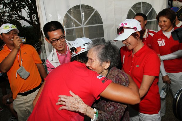 Yani Tseng gets a big hug from her 93-year-old grandma, Cheng-chu Yang, on her way to accepting the trophy from the 2011 Sunrise LPGA Taiwan Championship. Her grandmother has never seen her play in person.