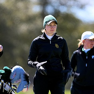 Baylor's Emma Carberry, center, keeps her hands warm during the first round. Baylor is in first place after the first round.