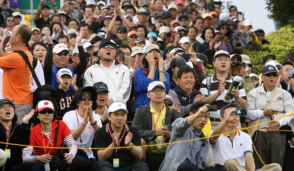 The crowd cheers for hometown hero, Yani Tseng, at the first tee prior to Thursday's round of the inaugural 2011 Sunrise LPGA Taiwan Championship.