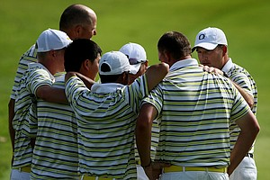 Oregon head coach Casey Martin huddles with his team after they defeated the UCLA Bruins during the first day of Match Play.