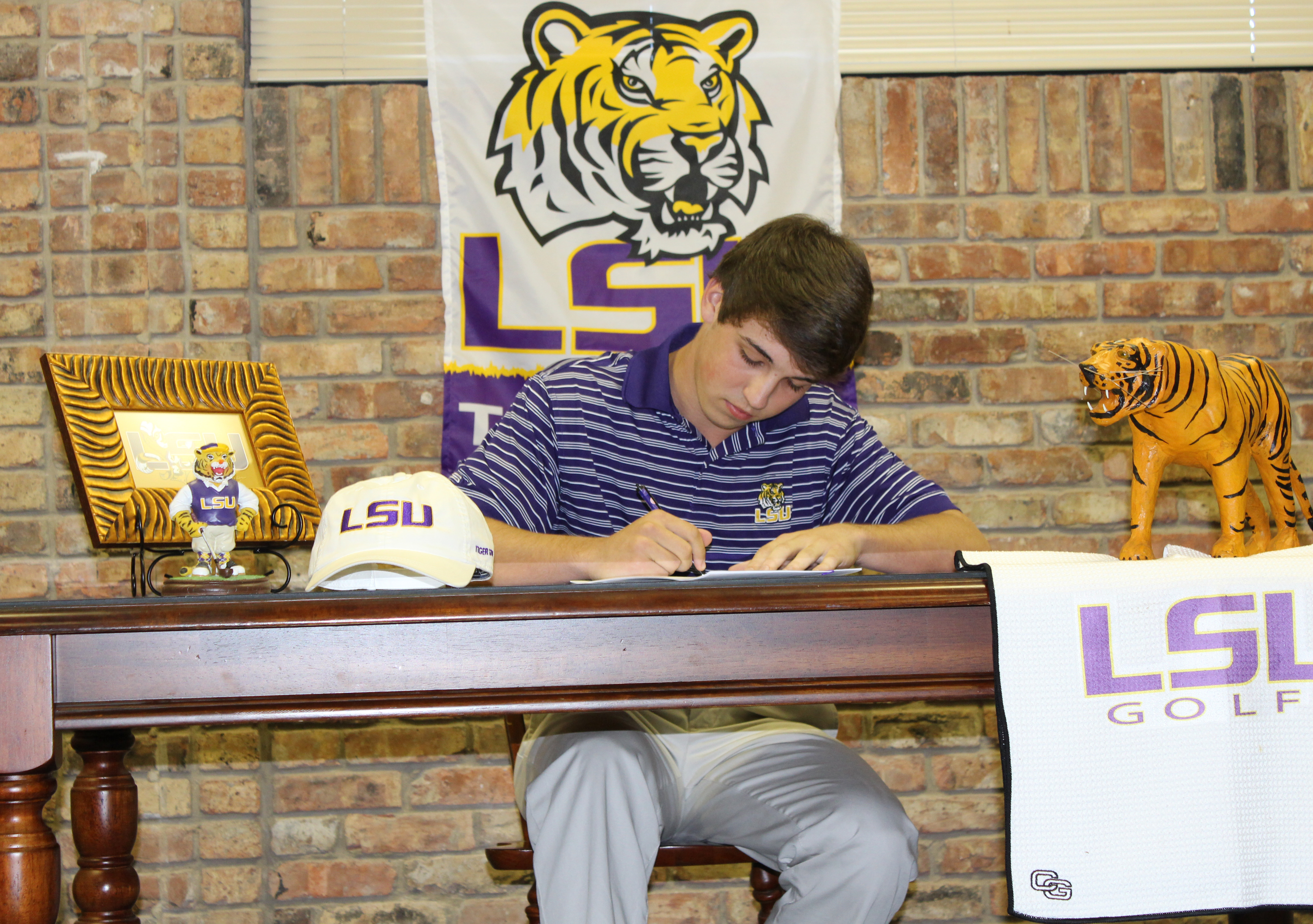 Eric Ricard signs with LSU