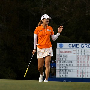 So Yeon Ryu waves to the crowd at No. 18 during the final round of the CME Group Titleholders at Twin Eagles Club.