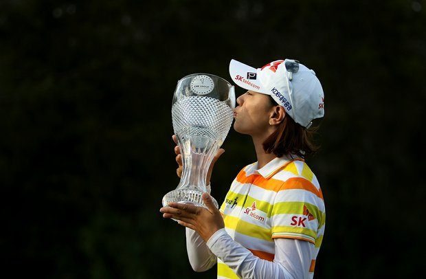Na Yeon Choi kisses the trophy after winning the CME Group Titleholders at Twin Eagles Club.