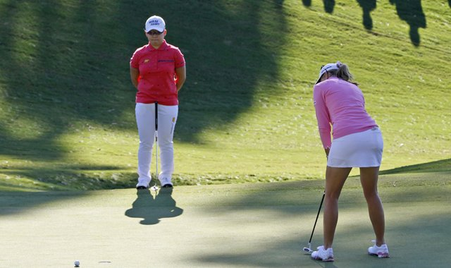 Paula Creamer&#39;s putt misses during Jiyai Shin&#39;s playoff LPGA win in the 2012 Kingsmill Championship.
