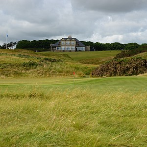 The 17th green at Kingsbarnes in Scotland, with the clubhouse in the background.