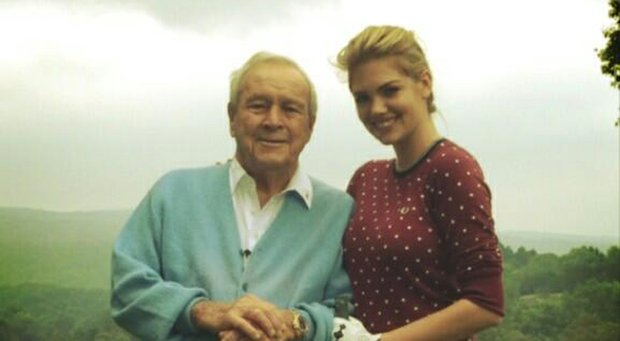 Arnold Palmer gave Sports Illustrated model Kate Upton a golf lesson, according to her Twitter account on Tuesday.