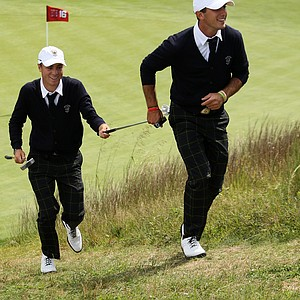 USA's Max Homa jokingly helps Justin Thomas up the hill to No. 17 tee during the 2013 Walker Cup at National Golf Links of America in Southampton, N.Y.