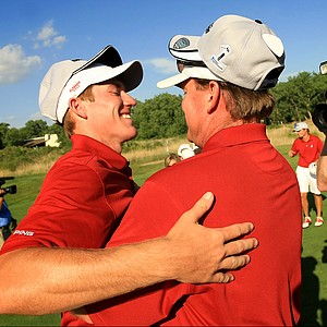 Alabama head coach Jay Seawell, right, congratulates his player, freshman, Robby Shelton, after they defeated Oklahoma in the NCAA Men's Division 1 Championship at Prairie Dunes in Hutchinson, Kan.