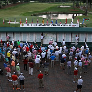 Crowds gather at the leaderboard at the 2014 U.S. Amateur at the Atlanta Athletic Club.