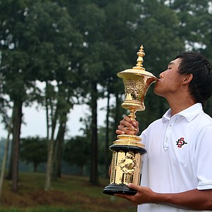Gunn Yang with the Havemeyer Trophy at finals at the 2014 U.S. Amateur at the Atlanta Athletic Club.