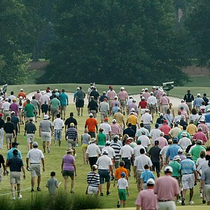 Crowds follow the players down the first tee during the finals at the 2014 U.S. Amateur at the Atlanta Athletic Club.
